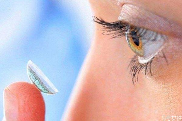 隐形眼镜护理液多长时间换一次 年抛不常戴多久换一次水