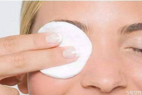 卸眼妆步骤图片