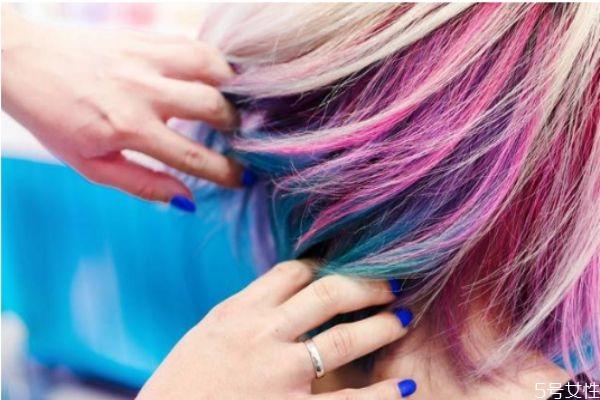 自己买的染发剂怎么调 理发店帮忙染发手工费多少