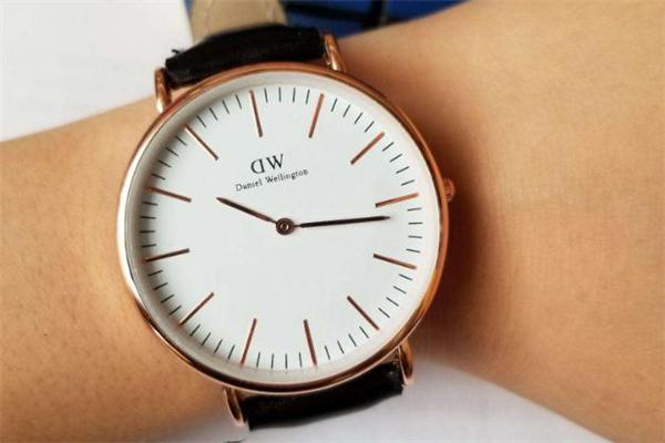 dw手表扣怎么安装 dw手表表带卡扣按不下去怎么办