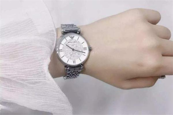 阿玛尼手表怎么打开表扣 阿玛尼手表扣怎么解开