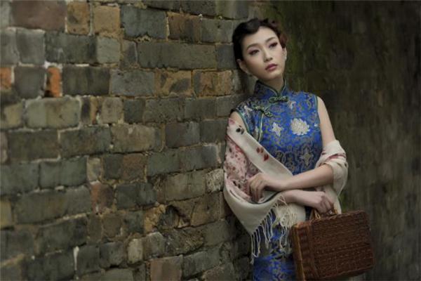 穿旗袍配什么包包好看 旗袍怎么搭配包包