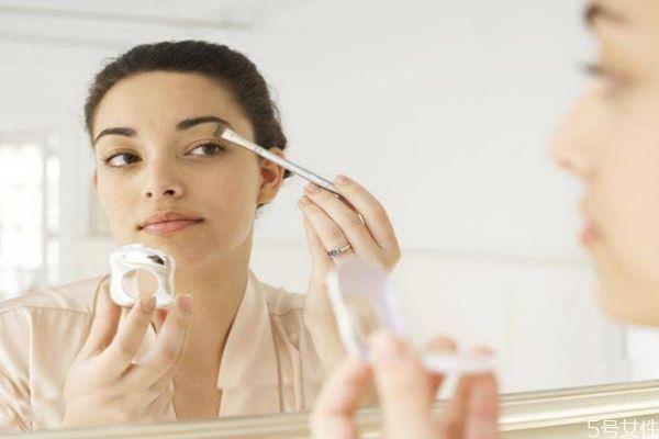 用卸妆水之前要洗脸吗图片