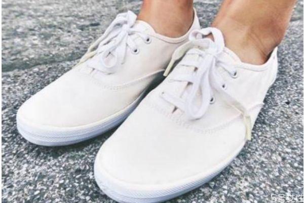 白鞋边上黑印怎么去掉 白鞋上面的黑渍怎么办