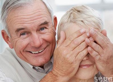 老人吃什么可以保护视力 老人如何保护眼睛