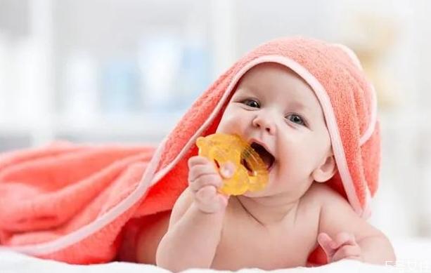 新生女宝宝私处有白色分泌物正常吗 是怎么回事