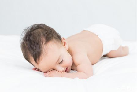新生儿可以趴着睡吗 新生儿睡觉嘴巴老吐泡泡怎么回事