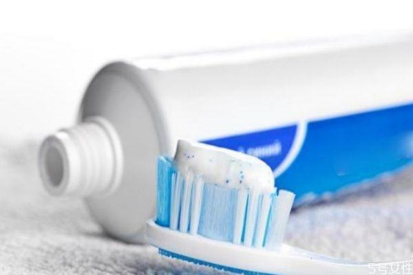 过期牙膏还能用来干嘛 没开封的牙膏过期能刷牙吗