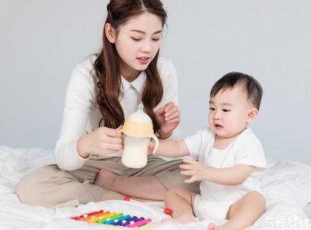 一岁宝宝一天喝多少奶 宝宝喂养需要定时定量吗