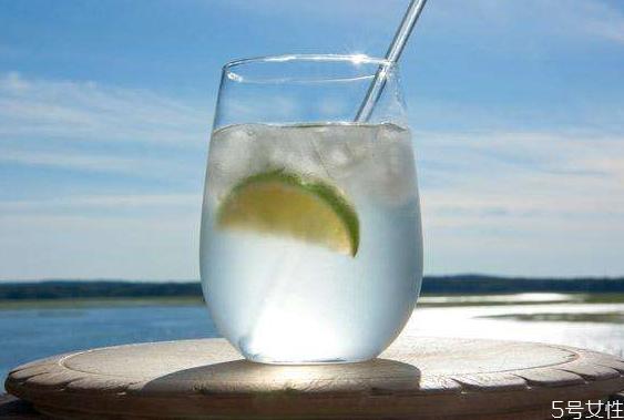 苏打水和矿泉水有什么区别 女人喝苏打水的好处