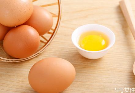 婴儿吃鸡蛋为什么不能吃蛋清 婴儿吃蛋黄好还是蛋清好