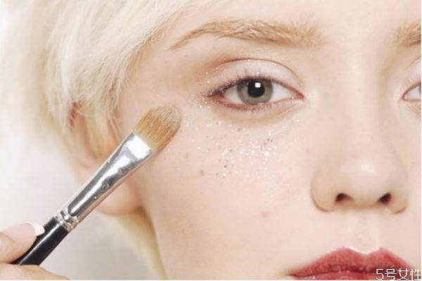眼影亮粉怎么涂抹自然 眼影亮粉怎么用
