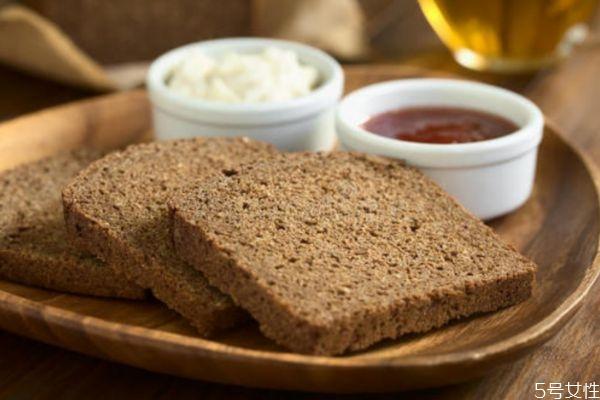 黑麦面包和全麦面包的热量一样吗 黑麦面包热量高吗