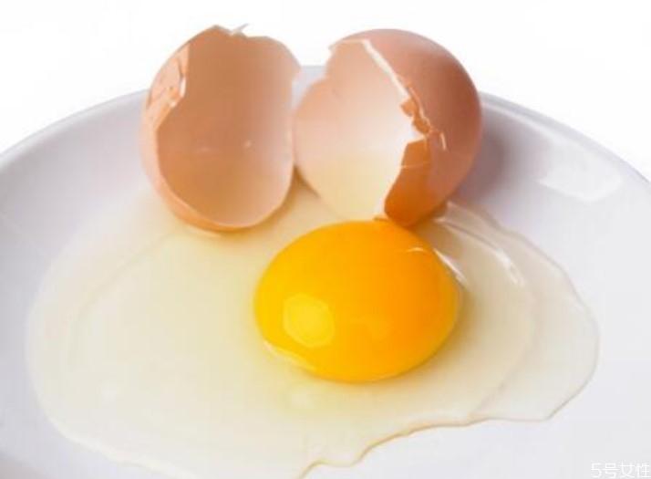 鸡蛋和糖一起吃会中毒吗 鸡蛋黄有点绿还能吃吗