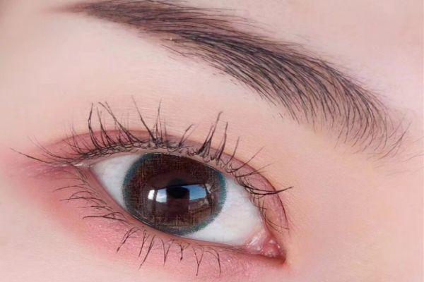 眼影为什么容易掉 眼影为什么涂上会结块