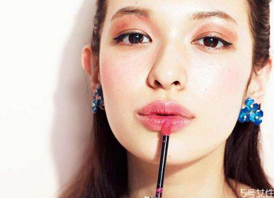 为什么用了唇膜更干 用完唇膜嘴巴疼是怎么回事
