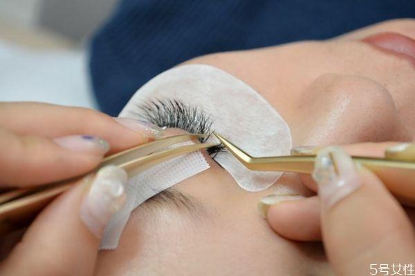 接睫毛眼皮会松吗 长期接睫毛有什么危害