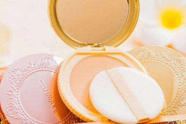 毛孔粗大适合用散粉还是粉饼 选择合适的产品很重要