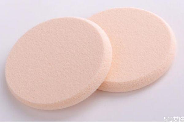 气垫粉扑第一次用要沾水吗 用粉扑之前是不是沾水