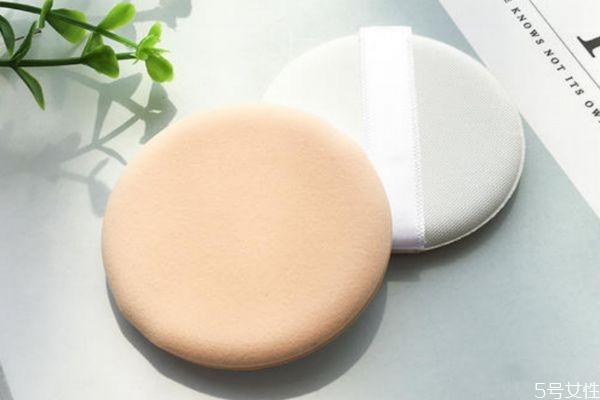气垫粉扑上隔离霜方法 气垫粉扑上遮瑕膏方法
