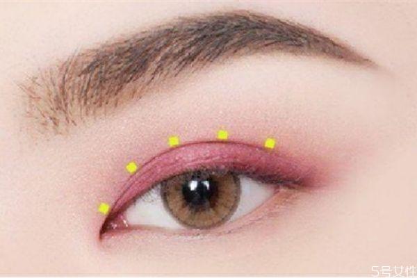 眼妆亮片怎么贴 眼妆亮片怎么贴才好看