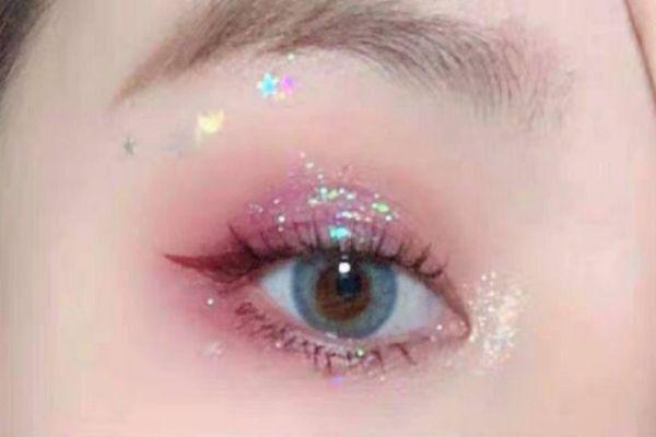 眼妆亮片亮晶晶怎么涂 眼妆亮片贴法步骤