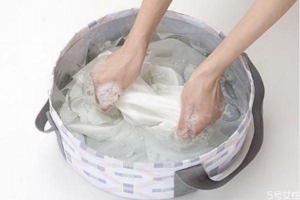 牙膏沫弄衣服留下白印怎么清理 牙膏沫弄衣服上怎么办
