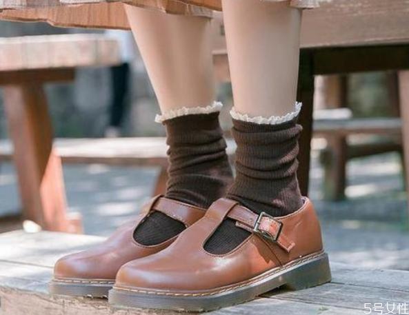 冬季小皮鞋配什么袜子 女生穿小皮鞋搭配什么袜子