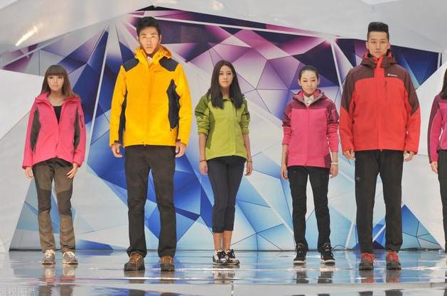 冲锋衣和羽绒服哪个保暖效果更好 冲锋衣羽绒服哪个暖和