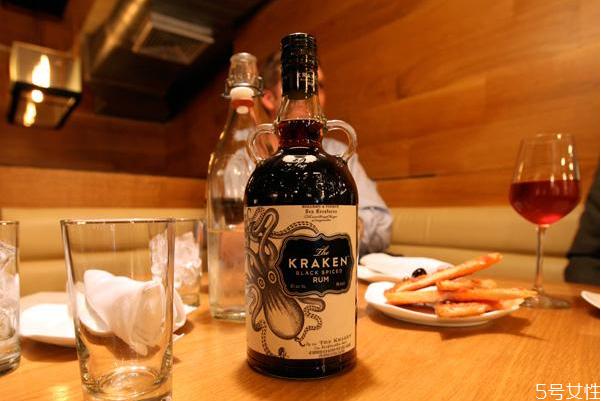 朗姆酒是哪国的的 朗姆酒的主要原料是什么