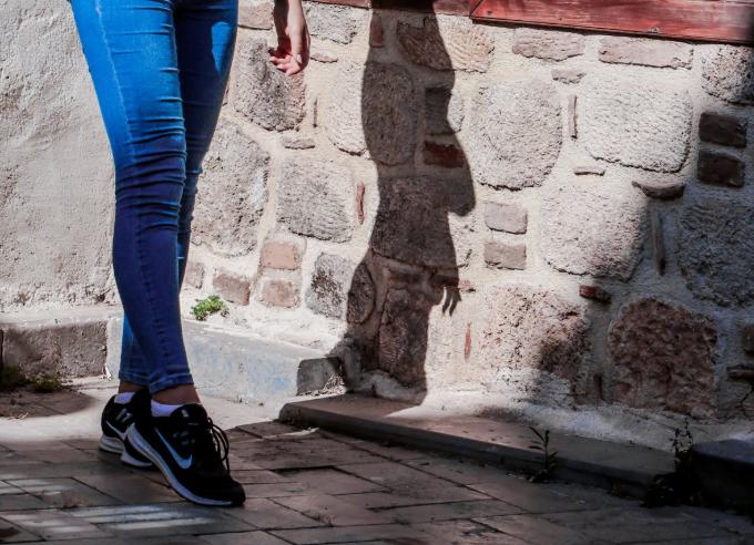 牛仔裤和运动鞋搭配吗 穿牛仔裤配运动鞋好看吗