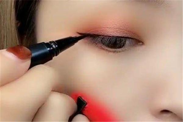 眼线怎么画才好看 眼线和美瞳线的区别