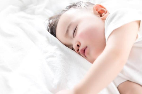 新生儿睡觉一惊一惊 新生儿睡眠不好的原因