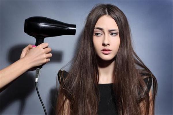 头发洗完后用电吹风还是自然干好 头发怎么吹干不伤头发