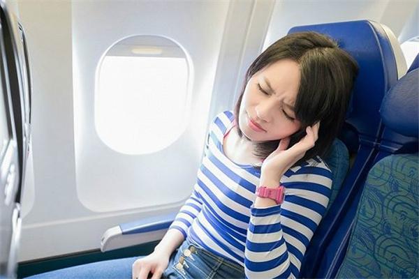坐飞机时耳朵刺痛难忍怎么办 坐飞机时耳朵刺痛是怎么回事