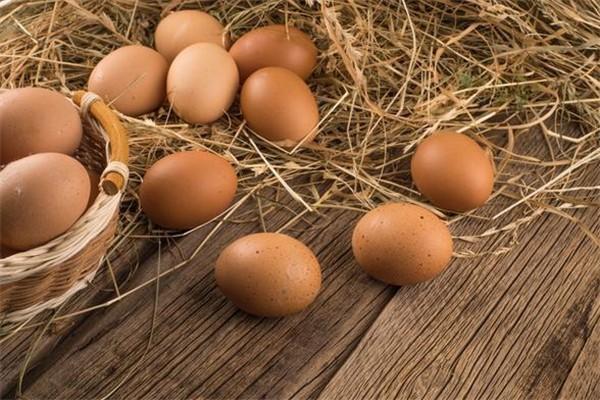 鸡蛋煮熟后有黑斑什么情况 鸡蛋煮熟后有黑点可以吃吗