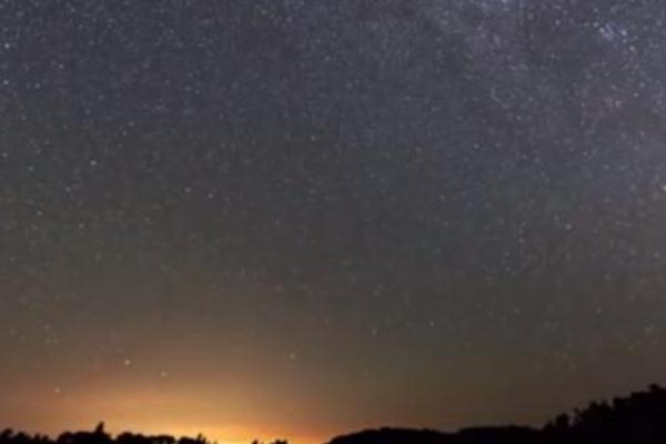 """40秒回顾英仙座流星雨划过天际 """"流星雨""""是怎么形成的"""