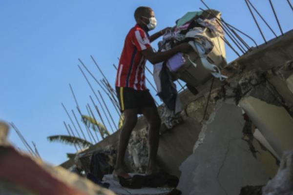 海地7.3级地震已致304人死亡 地震要躲在哪个地方
