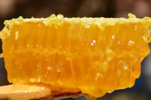蜂巢蜜的作用与功效 蜂巢蜜怎么吃效果好