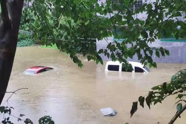 暴雨天气时在室外要怎么行走 暴雨袭击所造成的危害